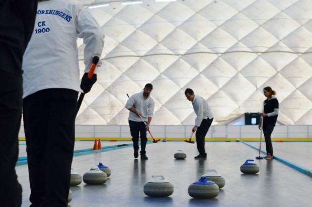 Lód, kamienie i szczotki - tak wygląda gra w curling.