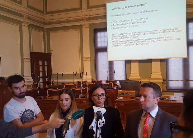 Ewa Pawłowska (z lewej), właścicielka firmy Implyweb przyznała, że głosy zostały źle zliczone z winy ich systemu. Przedstawiciele magistratu Magdalena Skorupka-Kaczmarek i Maciej Kukla, zapowiadają ponowne głosowanie lub dogłosowanie, jeszcze w tym roku.