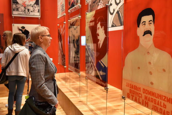 Jedna ze zmian w wystawie stałej będzie dotyczyła pokoju sowieckiego, w którym wyeksponowany jest wątek propagandowy. Zamiast tego mają być wzmocnione wątki terroru Stalina przed 1939 wobec polskiej ludności.