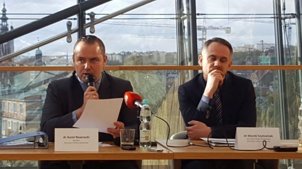 Karol Nawrocki (z lewej) oraz Marek Szymaniak zapowiedzieli w sumie 12 zmian w wystawie stałej do grudnia tego roku. Najważniejsza zmiana dotyczy filmu  prezentowanego na końcu wystawy, nowy wejdzie już od wtorku.