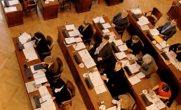 25 radnych głosowało za zmianami w budżecie, pięciu było przeciwko, jedna osoba się wstrzymała.