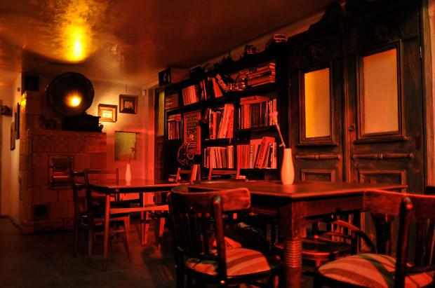 W Cafe Józef K. pełno staroci, książek i przeróżnych szpargałów.