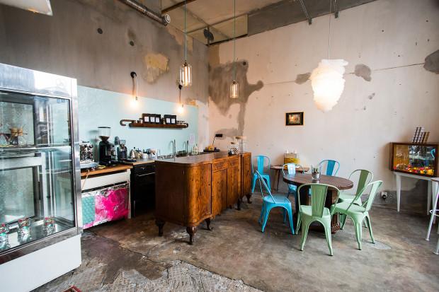 Kawiarnia Las Dolny Sopot Północ wygląda jak lokal w stanie surowym z przypadkowo dobranymi meblami i dodatkami.