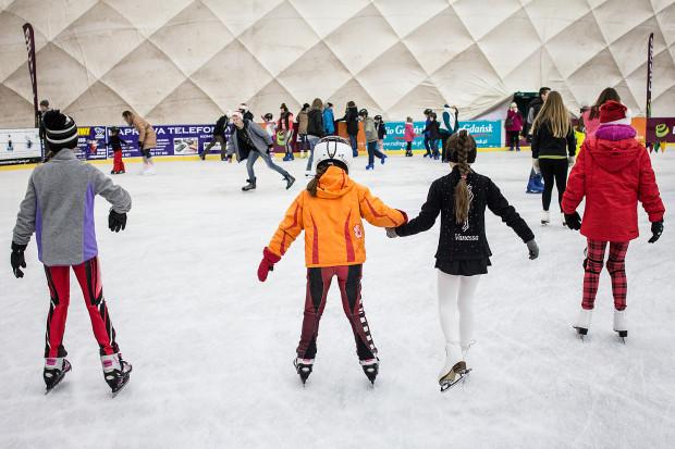 """Amatorzy jazdy na łyżwach w Trójmieście mogą już korzystać nie tylko ze ślizgawki w hali """"Olivia"""", ale także z miejskich lodowisk w Gdańsku i w Gdyni."""