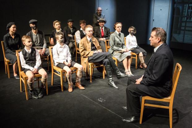 """Pierwszą premierę Teatru Wybrzeże w tym sezonie jest """"Do komina Murzyna! Murzyna!"""" w reżyserii Zbigniewa Brzozy. Spektakl poświęcony rozwojowi systemu totalitarnego w Niemczech zobaczymy na Scenie Kameralnej Teatru Wybrzeże."""