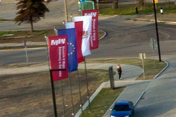 Przed ostatnią zmianą, na pięciu masztach przed budynkiem Muzeum II Wojny Światowej wisiała flaga Polski, Unii Europejskiej, proporzec z herbem Gdańska oraz dwa proporce reklamowe muzeum.