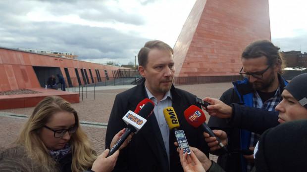 Rzecznik MIIWŚ Aleksander Masłowski zaznacza, że przed muzeum nigdy nie wisiała flaga Gdańska, lecz jedynie proporzec z herbem miasta. Dodaje, że flaga Gdańska pojawi się, gdy przed muzeum stanie jeszcze jeden maszt.