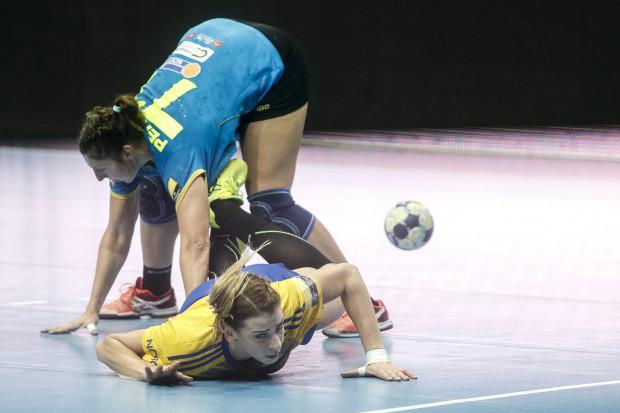 Czy piłkarki ręczne Vistalu Gdynia po trzech porażka podniosą się jeszcze do walki o punkty w Lidze Mistrzyń? Na zdjęciu Aleksandra Zych i Olga Perederij (Krim).