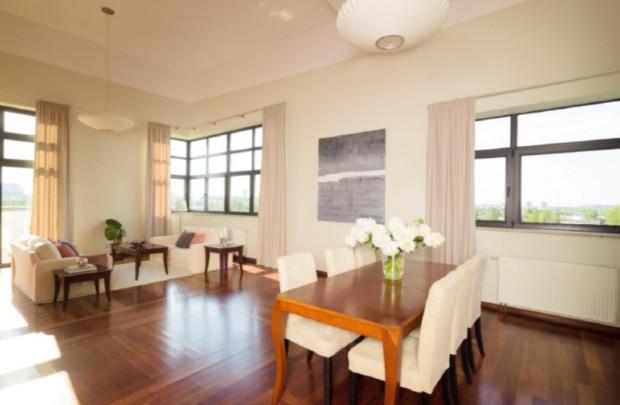 Wynajem mebli na czas sprzedaży mieszkania pomaga wyeksponować zalety wnętrza i przekonać kupującego do szybkiego podpisania umowy.