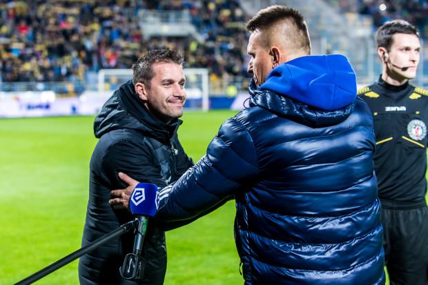 Adam Owen (z lewej) w debiucie w derbach Trójmiasta poprowadził Lechię do zwycięstwa w Gdyni. Leszek Ojrzyński (z prawej) przegrał taki mecz po raz drugi z Arką.