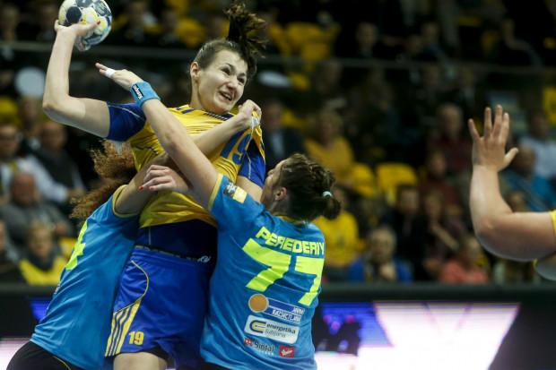 W Słowenii ciężko się było piłkarkom ręcznym Vistalu Gdynia przebić ze skutecznym rzutem z drugiej linii. Na zdjęciu Joanna Kozłowska (nr 19).