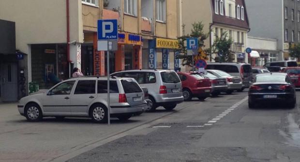 Do niedawna kierowcy parkowali notorycznie skośnie, mimo, że znaki nakazywały inne ustawienie samochodu. Na proceder przestali reagować nawet strażnicy miejscy.