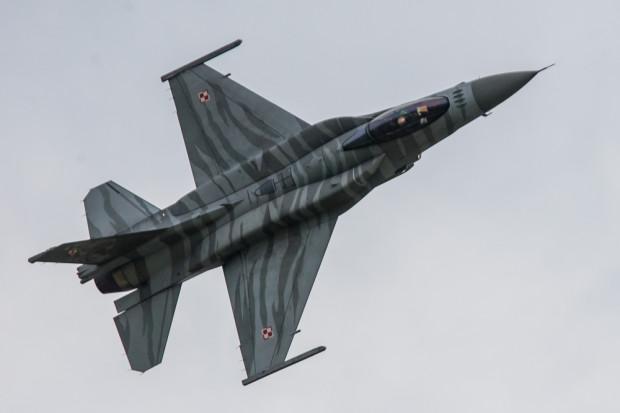 Samolot wielozadaniowy F-16 Jastrząb należący do polskich Sił Powietrznych.