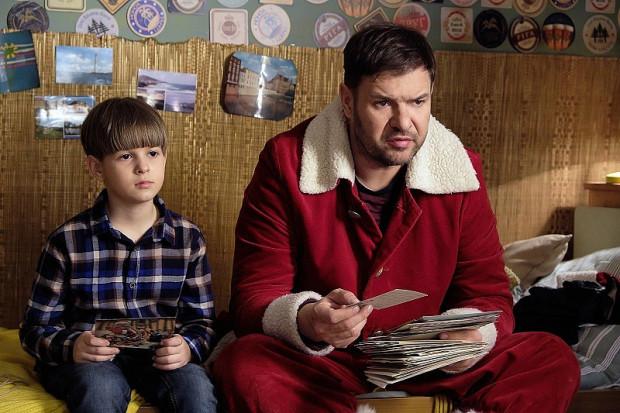 """Mel (Tomasz Karolak) dość niechętnie i głównie za namową Kazika (Mateusz Winek) rusza na poszukiwania ojca. To jeden z lepszych wątków najnowszej części """"Listów"""", który dostarczy zgrabnego humoru i wyważonych wzruszeń."""