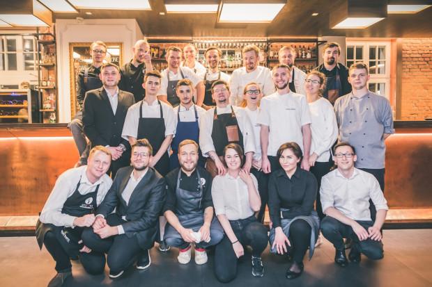 """""""4 Razy Smaczniej"""" odbyło się po raz kolejny w Eliksirze.  Na zdjęciu: szefowie kuchni, którzy przygotowali kolację oraz zespół Eliksiru."""