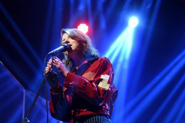 Justyna Święs na scenie kilkukrotnie przechodziła przemianę z młodej, zawstydzonej dziewczyny w pewną siebie i swojego głosu wokalistkę.