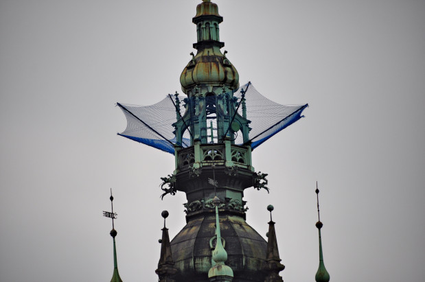 Instalacja na wieży zegarowej gdańskiego dworca.