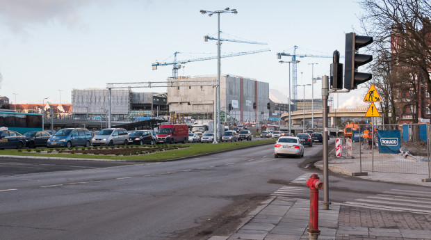 Docelowo jezdnia w kierunku Bramy Wyżynnej będzie przesunięta nieco w stronę torów kolejowych (w lewo), aby wygospodarować więcej miejsca pod przystanek z wiatą oraz chodnik (po prawej).