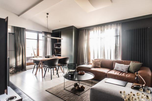 Właściciel mieszkania, pan Dariusz, lubi ciemne kolory, wyraziste wyposażenie i wyszukane dodatki.