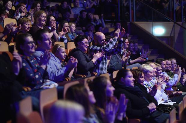 Publiczność nie miała możliwości podejścia pod scenę, dlatego swój zachwyt okazywała gromkimi i spontanicznymi brawami, okrzykami, a nawet piskami zachwytu.