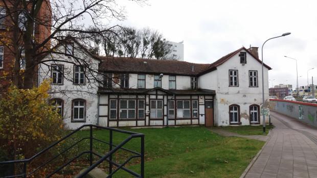 Budynek dawnego zajazdu Prinzess Viktoria, widok od al. Żołnierzy Wyklętych, zdjęcie współczesne.
