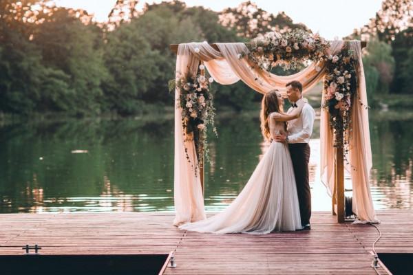Kameralny ślub to rozwiązanie, dzięki któremu można świętować ważny dzień w gronie najbliższych osób, a dodatkowo zaoszczędzić lub zainwestować w atrakcje na najwyższym poziomie.