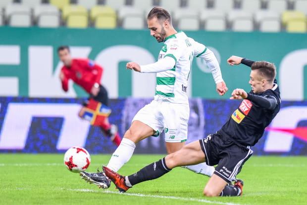 Zdaniem Marco Paixao (przy piłce) Lechia nareszcie zaczyna się rozpędzać. Portugalczyk wierzy, że jego drużynie uda się skończyć rok w czołówce ekstraklasy, a wtedy wiosną gdańszczanie będą mogli nawet włączyć się do gry o mistrzostwo Polski.