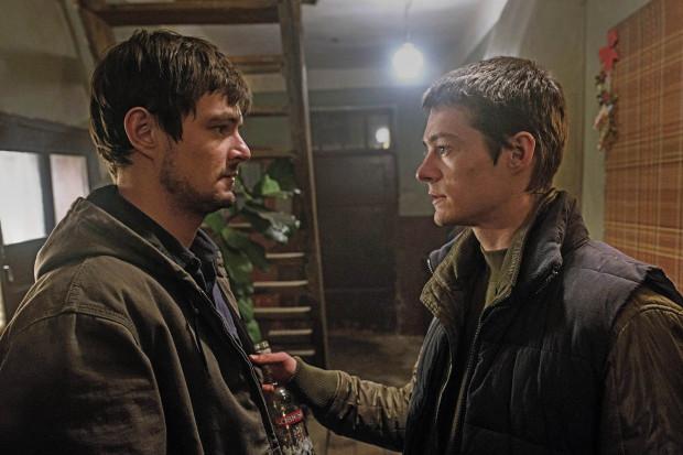 Dawid Ogrodnik i Tomasz Ziętek, nie tylko ze względu na fizyczne podobieństwo, tworzą świetny duet ekranowych braci. Znakomicie wypada zresztą cała obsada - od głównych postaci nawet po dalszoplanowe role młodych aktorów.