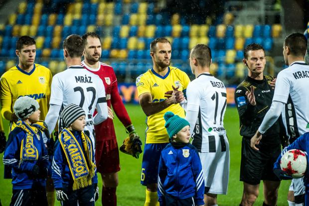 Przed meczem było powitanie, a po jego zakończeniu gratulacje od Sandecji dla Arki. Na zdjęciu (od lewej) w miejscowych szeregach: Michał Marcjanik, Pavels Steinbors i kapitan Antoni Łukasiewicz.