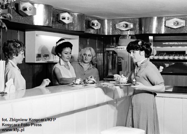 Nową kawiarnię i cocktail bar Delicje otworzył na ul. 10 Lutego w Gdyni oddział WSS Społem w 1979 roku. Zdjęcie z 1979 roku.