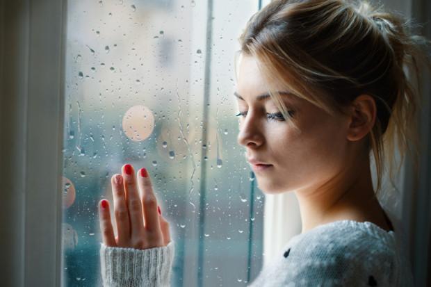 Jesienna chandra to stan, który charakteryzuje się obniżeniem nastroju, spadkiem energii i znacznie mniejszym entuzjazmem do podejmowania codziennych aktywności. Może powodować też depresję.