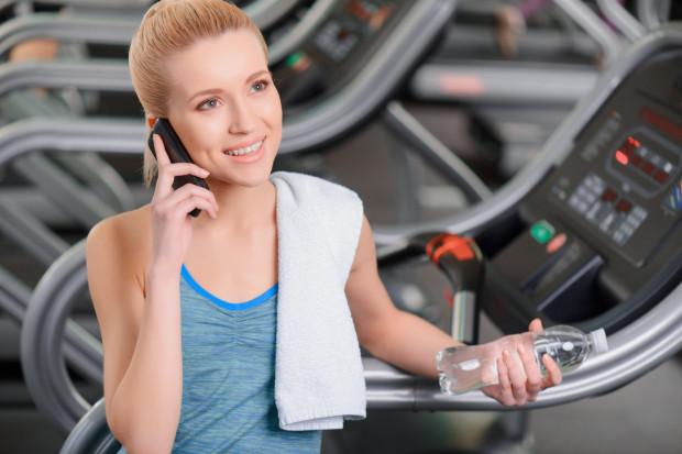 """Nie każdy kto przychodzi na siłownię z telefonem """"przegada"""" cały trening, ale są i takie przypadki."""
