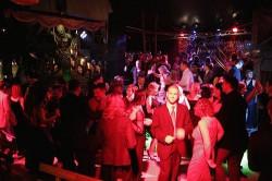 Bal w klubie czy domówka? Coraz więcej młodych wybiera tę drugą opcję, dlatego też nie wszystkim organizatorom udało się sprzedać imprezę.