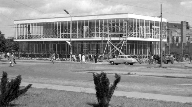 Budynek LOT-u zbudowano w 1961 roku. Najpierw mieścił się tam salon meblowy. Dopiero pod koniec lat 70. do budynku wprowadził się LOT.