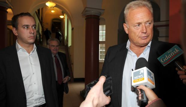 Prokuratura oskarża Ryszarda Krauze o działanie na szkodę spółki Prokom Investments. Na zdjęciu Krauze po przesłuchaniu jako świadek w sprawie wydawnictwa Stella Maris w gdańskim sadzie.