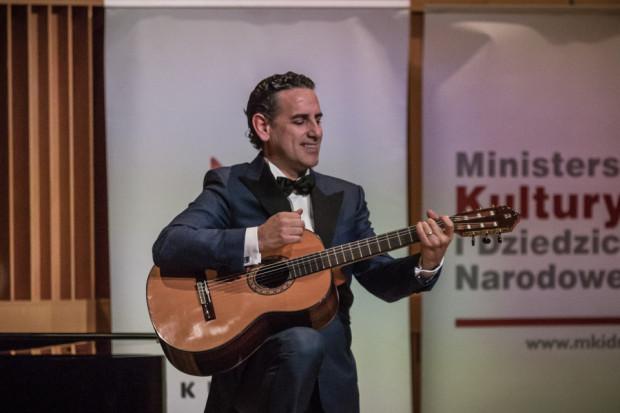 """Na bis Juan Diego Florez wykonał (akompaniując sobie na gitarze) m. in. """"Besame mucho""""."""
