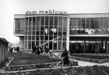 Niegdyś Dom meblowy, dziś budynek LOT-u, widziany od strony Targu Węglowego.