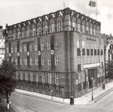 ... i wzniesiony na jej miejsce budynek według projektu A. Bielefeldta.
