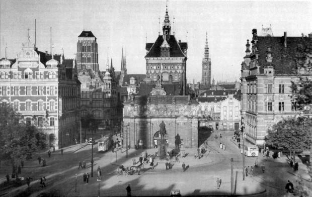 """Lata 30. Brama Wyżynna z widocznym po lewej stornie budynkiem hotelu """"Danziger Hof"""". Dla jednych ideał, dla innych fatalne przytłoczenie oryginalnych zabytków."""