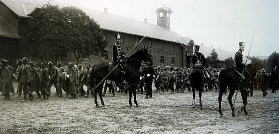 Czarni huzarzy na terenie swoich koszar, które mieściły się pomiędzy obecnymi ul. Słowackiego, Chrzanowskiego, Szymanowskiego i al. Grunwaldzką.