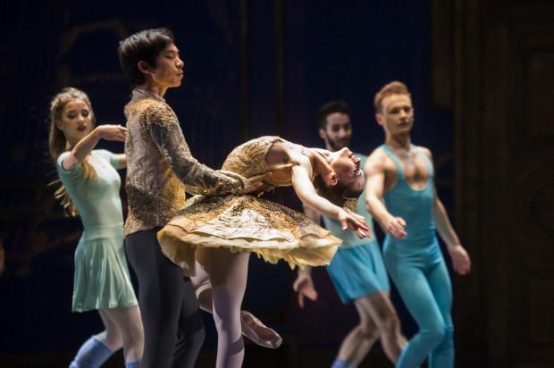 Duet solistów Gento Yoshimoto i Maria Kielan w głównych partiach (Tancerza-Étoile i Klary) świetnym finałowym pas de deux kwituje swój bardzo dobry występ.