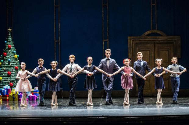Bardzo dobrze, wnosząc wiele świeżości na scenę, wypadają uczniowie Ogólnokształcącej Szkoły Baletowej w Gdańsku.