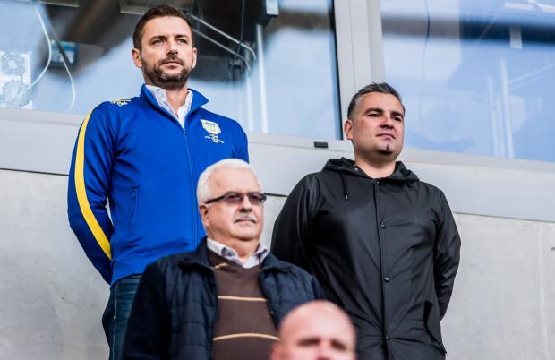 Prezes Arki Gdynia, Wojciech Pertkiewicz (z lewej) jest zadowolony z mijającego roku. Jego klub wyszedł w nim z długów, zdobył dwa trofea i może zakończyć zmagania na wyższej pozycji niż 12 miesięcy temu.