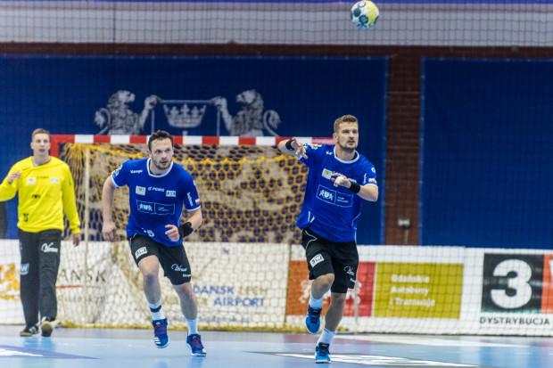 Wybrzeze Gdańsk rozpoczęło pogoń za czołówką Superligi. Mateusz Wróbel (z lewej), Jacek Sulej (z prawej) i ich koledzy wygrali drugi mecz z rzędu dzięki czemu awansowali aż o 3 lokaty w swojej grupie.