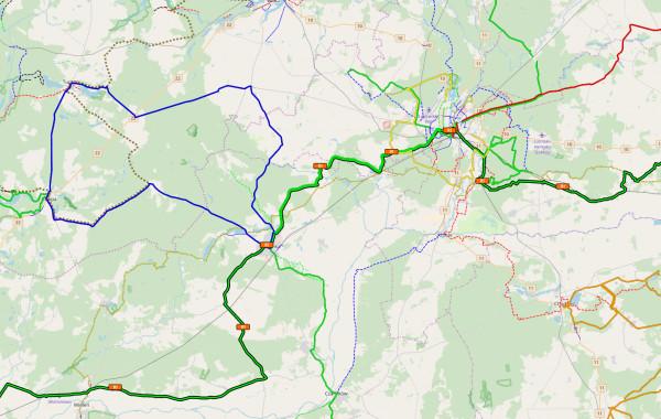 Tak wygląda dotychczas siećszlaków. Możemy wygodnie jechać wyznaczonym szlakiem, ale jeśli mamy inny pomysł, to taka mapa będzie pomocna tylko w mocno ograniczony sposób.  W odróżnieniu od mapy szlaków, sieć tras rowerowych wyznacza przemyślany system połączonych odcinków dróg i może współistnieć z dotychczasowymi szlakami, na przykład jako uzupełnienie szlaków międzynarodowych. W skład sieci wchodzą drogi dla rowerów i mało uczęszczane asfaltówki połączone gruntowymi, w miaręmożliwości atrakcyjne widokowo, bezpieczne i o niskim natężeniu ruchu. Zakładamy, że człowiek chętniej wybierzerower, jeśli może pojechaćdrogą, przy której jest niewielkie natężenie ruchu samochodowego i separowana infrastruktura.