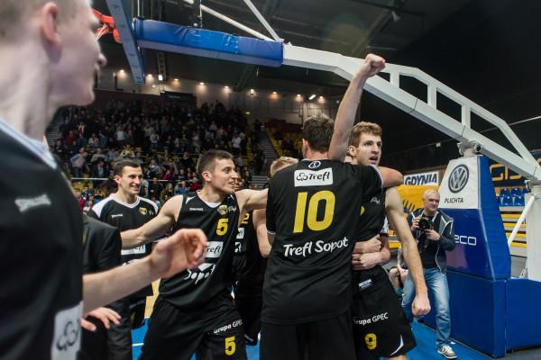 Jakub Karolak świętuje wygraną z kolegami z Trefla.