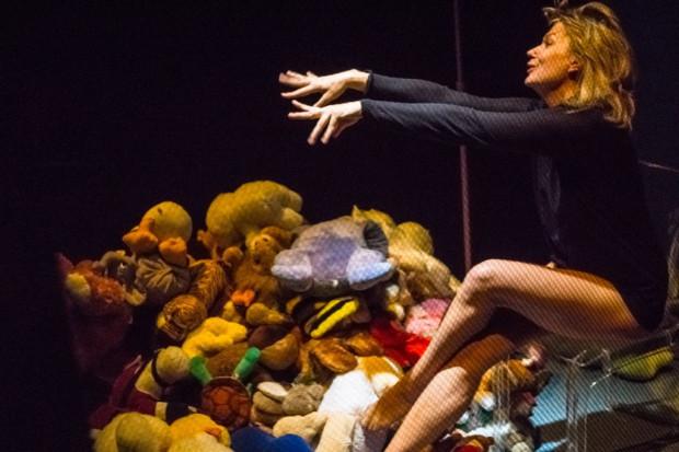 """Edyta Łukaszewska w monodramie """"Porno"""" porusza różne struny, deklamuje, krzyczy, śpiewa i wyje, by oddać dramat zniewolonej przez dyktaturę kobiety."""