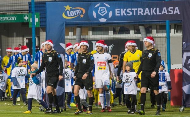 Piłkarze Arki Gdynia zapomnieli, że czapki Mikołaja obowiązują tylko na prezentacji w Płocku, a w trakcie meczu nie należy rozdawać prezentów.