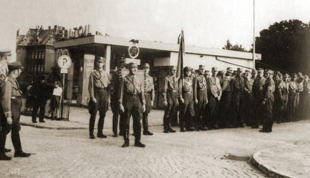 Zbiórka gdańskich SA-manów u podnóża Góry Gradowej, przy stacji benzynowej Baltoil, lata 30. Również i dziś działa w tym miejscu stacja benzynowa.