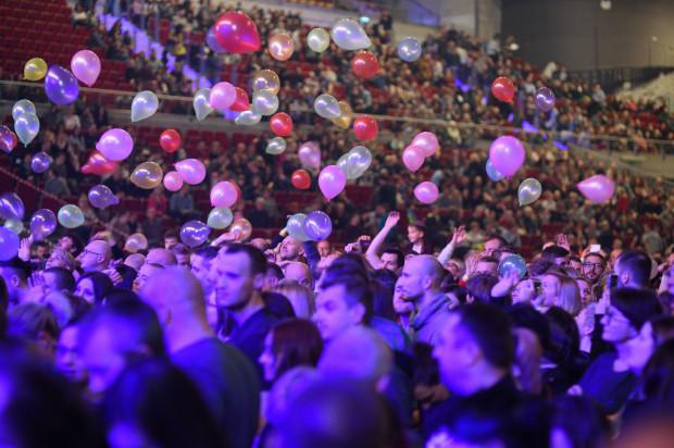 """Tłum przygotował baloniki i kartki z hasłem """"będziemy czekać""""."""